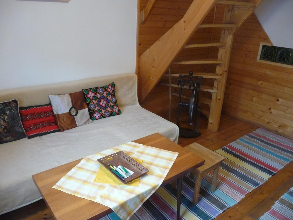 Rozkladací gauč a sedenie v obývačke